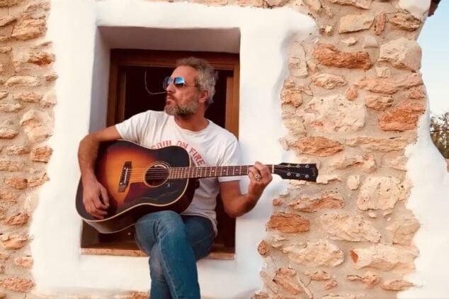 Imagen: Carlos Tarque tocando en la Marina Alta
