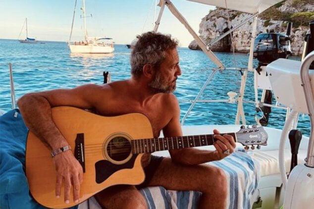 Imagen: Carlos Tarque en su velero