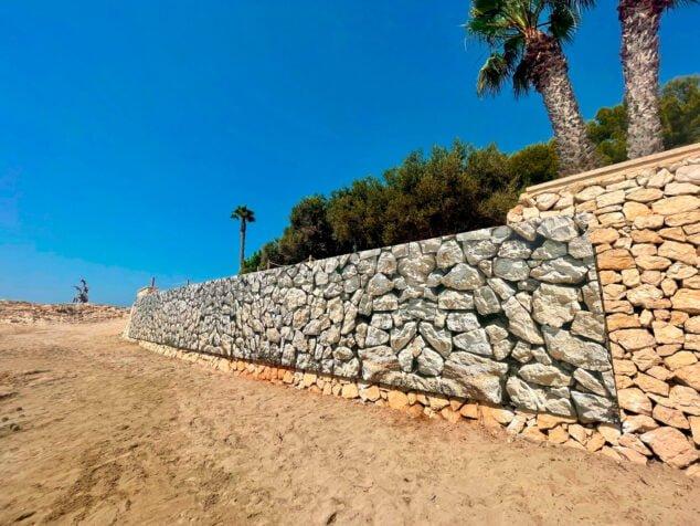 Imagen: Mural sobre el muro de la playa de l'Ampolla
