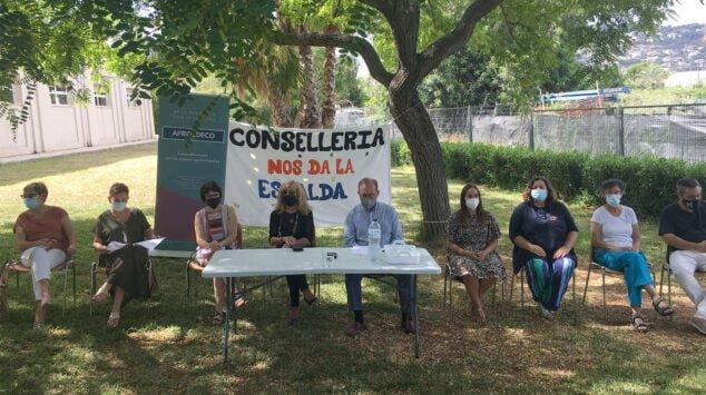 Imagen: Representantes de Aprosdeco, UGT y varios ayuntamientos durante la rueda de prensa