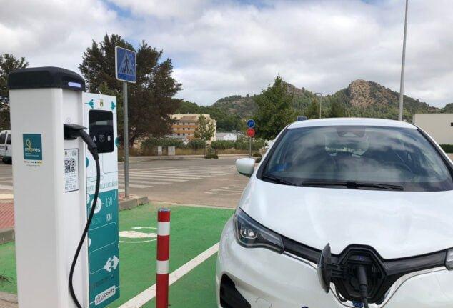 Imagen: Nuevo punto de carga para coches eléctricos en la Plaça Mossen Cinto Verdaguer en Pedreguer